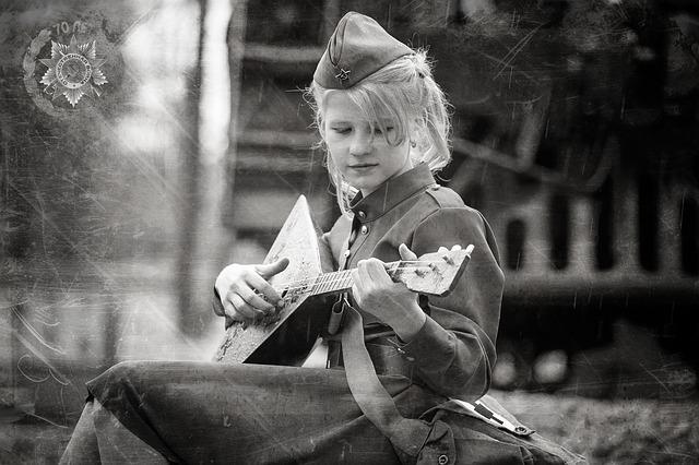 černobílá fotografie dítěte
