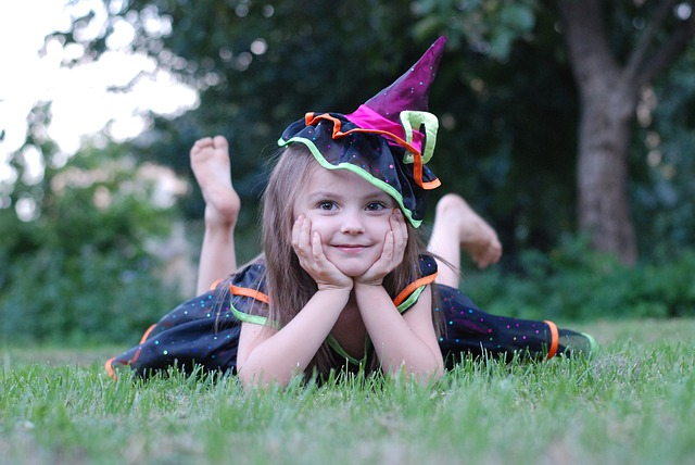 pózující malá čarodějnice