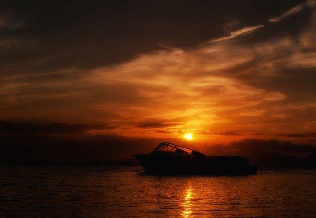 člun na moři
