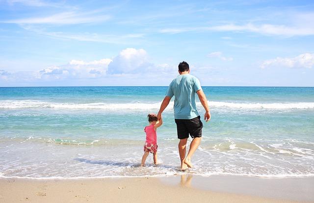 otec s dcerkou v moři