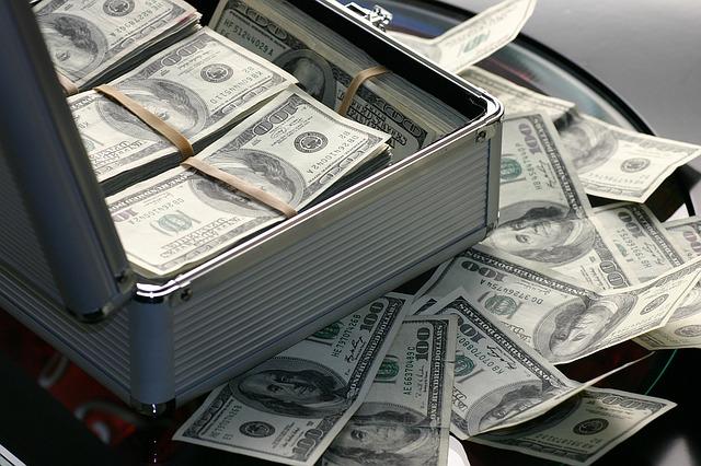 kufr plný peněz
